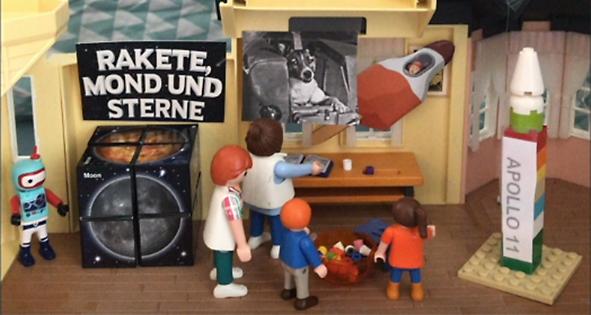 Spielfiguren vor Spielzeugladen
