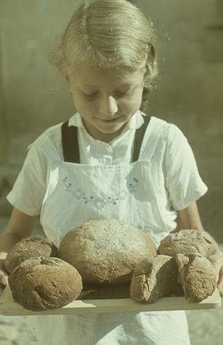 Schülerin mit selbstgebackenem Brot