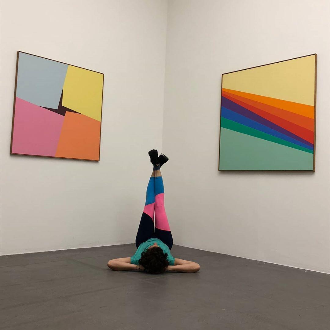 Yoga vor Bildern von Verena Loewensberg